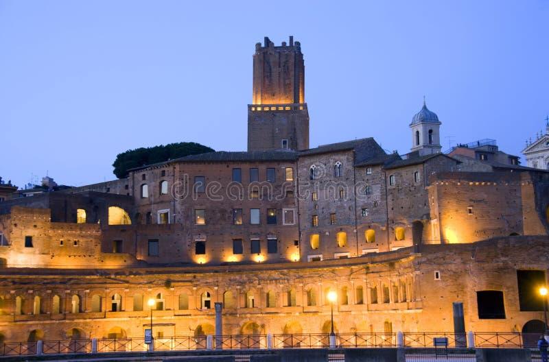 Rome forum fördärvar Italien utgrävningar av forntida forum för den eviga staden för natten, Trana arkivfoton