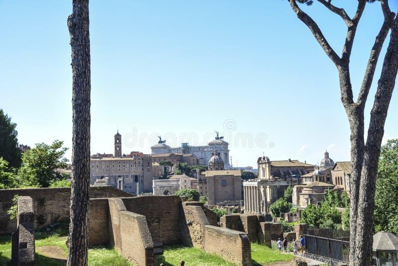 Rome, forum impériaux, à l'arrière-plan l'autel du homela image stock
