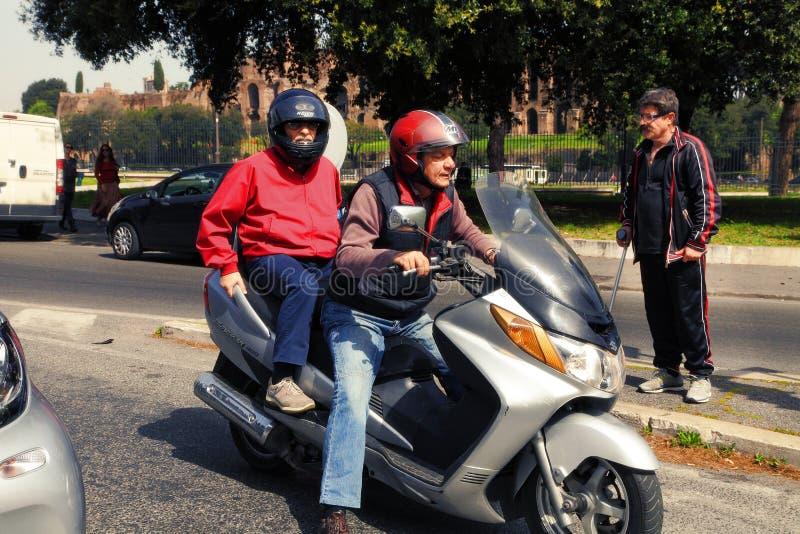 ROME, ITALIË, 7 APRIL, 2016: Twee motorrijders - een Italiaan in h royalty-vrije stock foto's