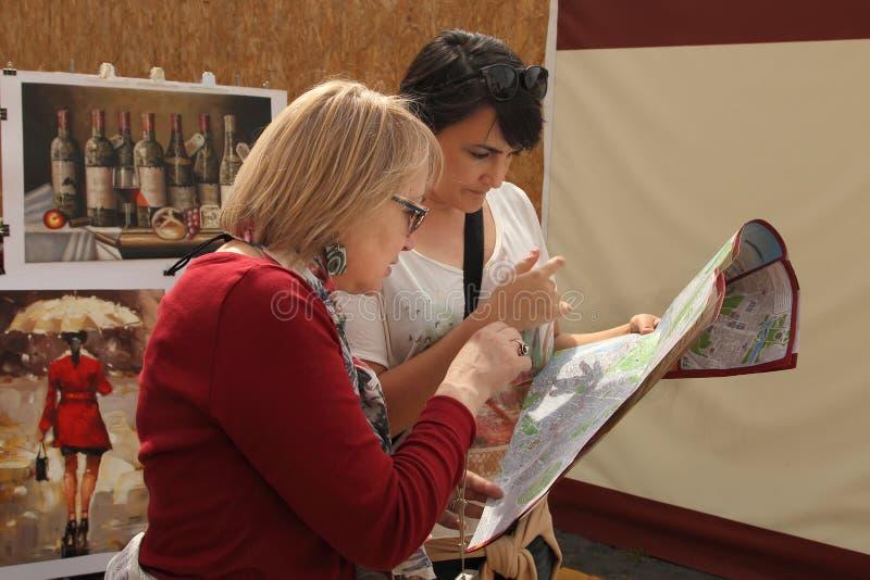 Rome, Italië - April 7, 2017: Twee toeristen die kaart van Rome kijken royalty-vrije stock foto's