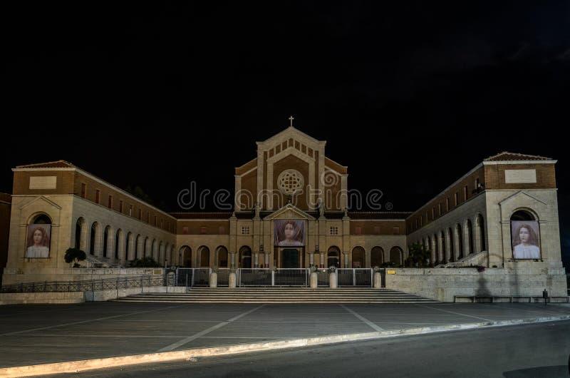 ROME, ITALIË - AUGUSTUS 2018: De Madonna delle Grazie van Pontificio Santuario van de nachtkerk in Nettuno, Italië royalty-vrije stock fotografie