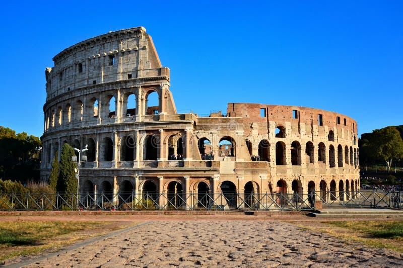 Rome, Italië, Coliseum met oude steenweg stock afbeeldingen