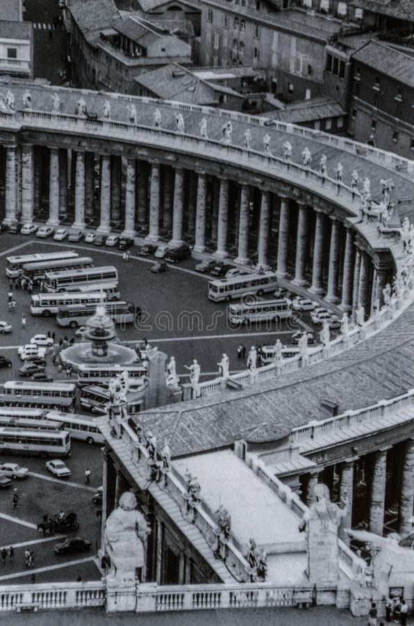 Rome, Itali?, 1970 - de Toeristenbussen en de auto's worden geplaatst voor de colonnade van Piazza San Pietro royalty-vrije stock afbeeldingen