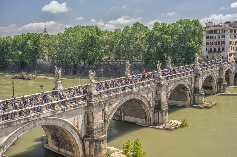 Rome Italië, Europa Mening van sant-Angelo Castel, over de Tiber-Rivier, de brug van Ponte Sant Angelo, met stortende mensen royalty-vrije stock foto's
