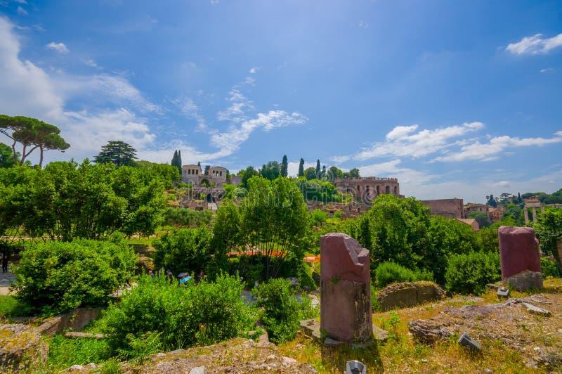 ROME, ITALIË - JUNI 13, 2015: Grote mening van heuvel aan Roman Forum, oud weinig stad dichtbij Roman Coliseum stock afbeeldingen