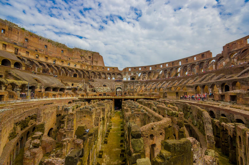 ROME, ITALIË - JUNI 13, 2015: Roman Coliseum van binnenuit, mensen die en op dit grote oude symbool af letten bezoeken stock foto