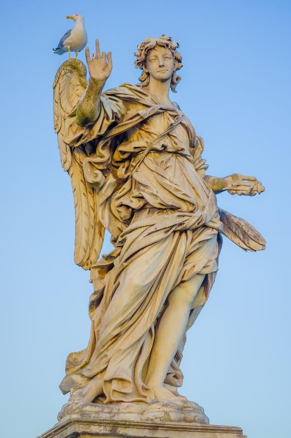 ROME, ITALIË - JUNI 13, 2015: Steensculture in Rome, vrouwelijke engel met vleugels en een grote aardige kleding, weinig vogel in royalty-vrije stock foto's