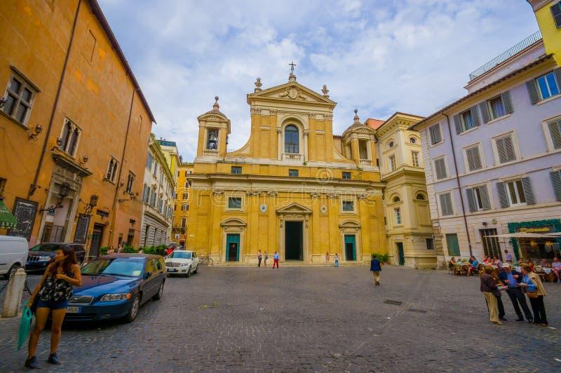 ROME, ITALIË - JUNI 13, 2015: Weinig kerk aan het eind van de straat in het midden van vierkant, voorgevel in geel stock foto