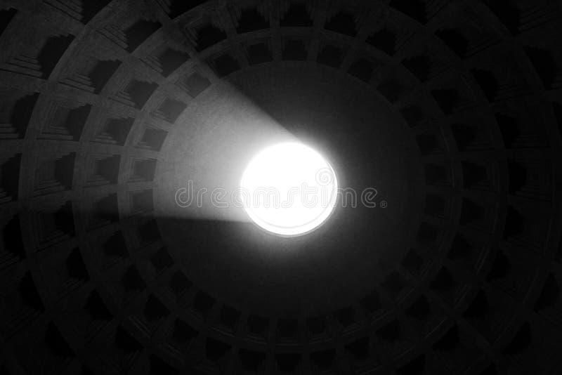 Rome, Italië - Mei 30, 2018: Binnenland van Roman Pantheon met de beroemde straal van licht vanaf de bovenkant, de koepel van het royalty-vrije stock foto's