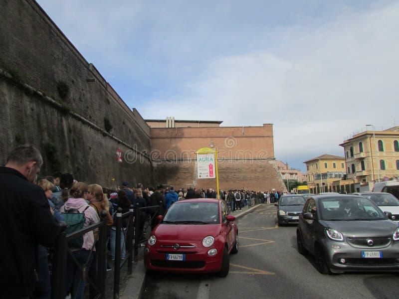 Rome, Italië, 13 Mei, 2019 De toeristen draaien aan het Museum van Vatikaan De mensen van alle naties willen culturele waarden zi royalty-vrije stock fotografie