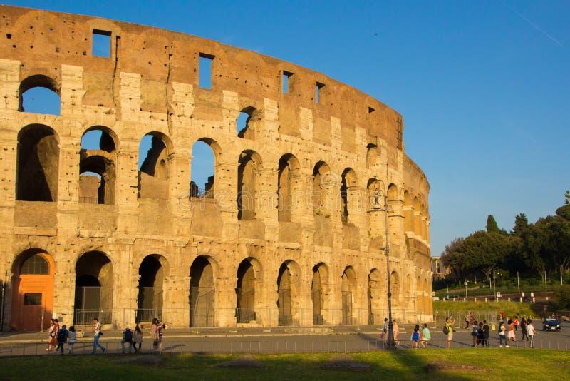 Rome, Italië - Mei 31, 2018: Roman Colosseum bij zonsondergang De toeristen lopen dichtbij Colosseum, Gouden avonduur Herstelde n royalty-vrije stock foto's