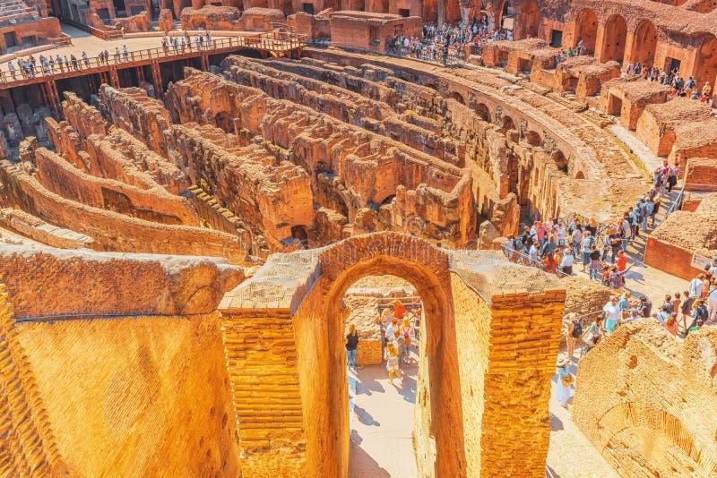 ROME, ITALIË - MEI 08, 2017: Toerist ` s binnen het amfitheater o royalty-vrije stock afbeelding