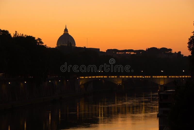 Rome, Italië - Mei 31, 2018: Weergeven van de koepel van Vatikaan over de Tiber-rivier en de brug Kleurrijke zonsondergang en ver royalty-vrije stock foto