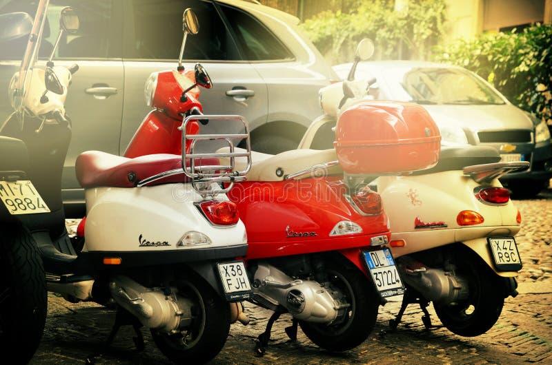 Rome, Italië - November 14, 2017: Groep Autoped Vespa op oude straat in Rome, Italië wordt geparkeerd dat royalty-vrije stock foto
