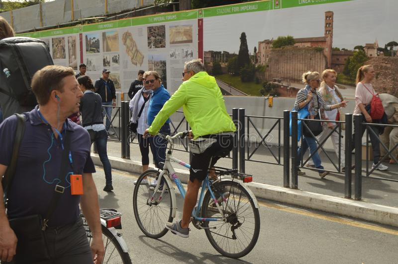 Rome, 07 Italië-Oktober, 2018, talrijke toeristen loopt via dei Fori Imperiali, langs de informatieaffiches vertellend over stock foto
