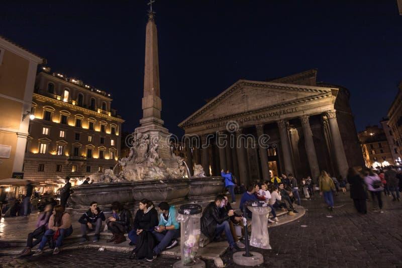 11/09/2018 - Rome, Italië: Pantheon met toruists en Afvalbakken royalty-vrije stock fotografie