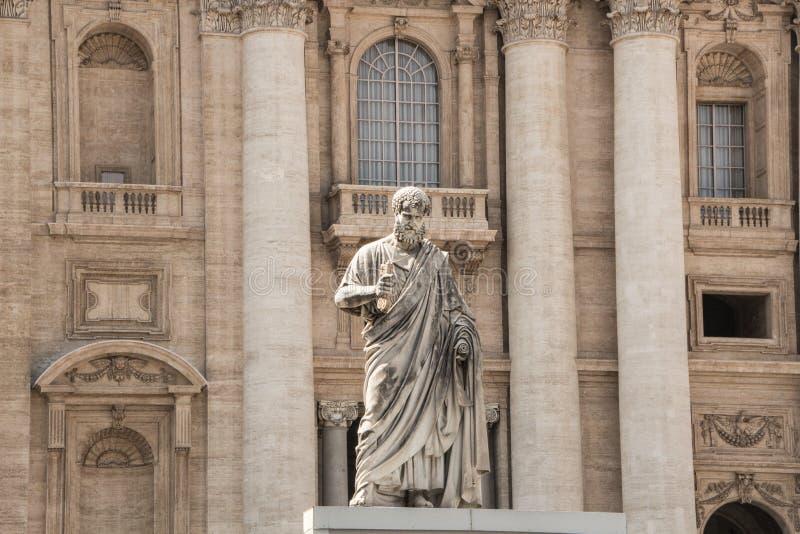 Rome, Italië - September 13, 2017: Het standbeeld van St Peter, dat de sleutel aan hemel houdt St Peter ` s Basiliek op de achter stock afbeeldingen