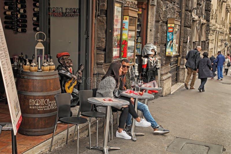 Rome, Italie - 9 avril 2017 : Les gens en café à Roma ont image stock