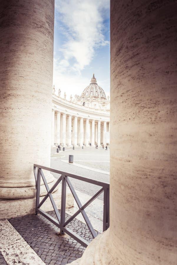 Rome, Italie, décembre 2018 : Saint Peter Basilica à St Peter Square à Vatican, colonnes images stock