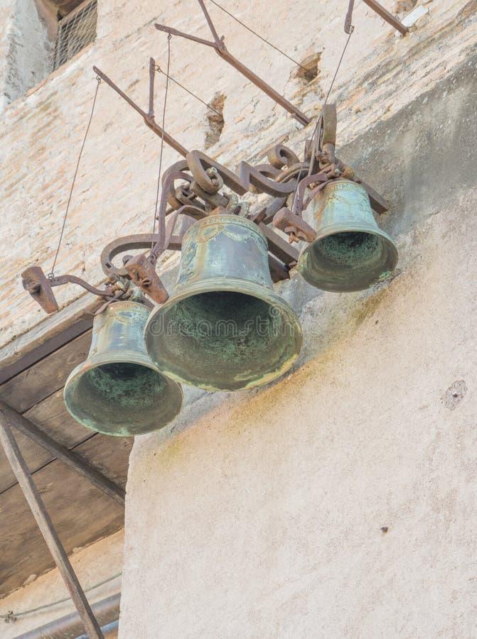 Rome, Italie - 16 février 2015 : trois vieilles cloches dans le mausolée de l'empereur Adrian images libres de droits