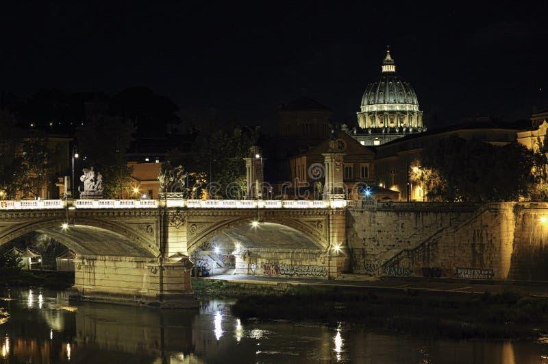 Rome, Italie - 10 juillet 2017 : Pont roman et dôme de canalisation de Vatican photos stock