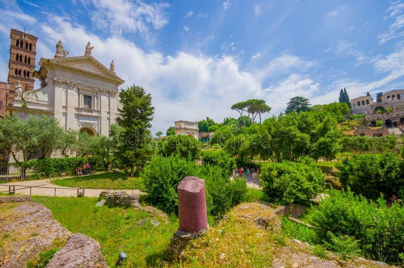 ROME, ITALIE - 13 JUIN 2015 : À l'intérieur de Roman Forum, de la petite ville antique gentille et du grand temple au milieu photos libres de droits