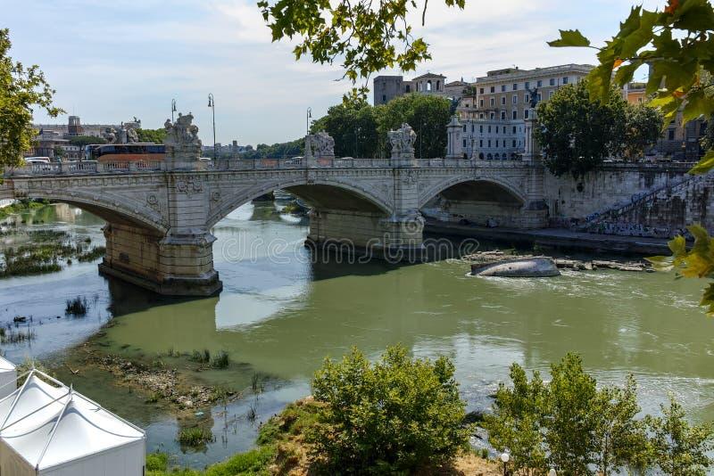 ROME, ITALIE - 23 JUIN 2017 : Vue étonnante de la rivière du Tibre et du Ponte Principe Amadeo Savoia Aosta dans la ville de Rome photos stock