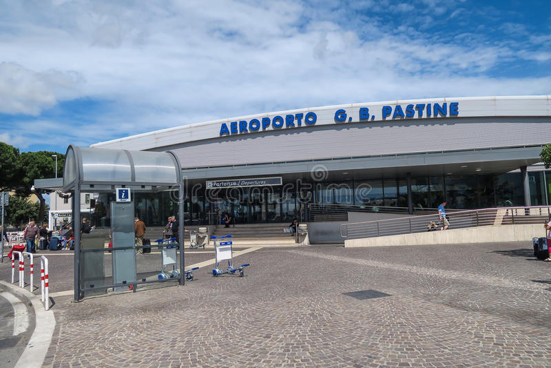 Rome Italie le 17 juin 2016 Entrée d'aéroport de Ciampino avec des touristes photographie stock libre de droits