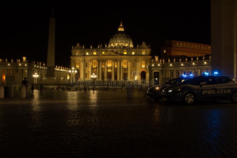 Rome, Italie - 31 mai 2018 : La patrouille de police garde la place de St Peter et la basilique du St Peter la nuit images stock