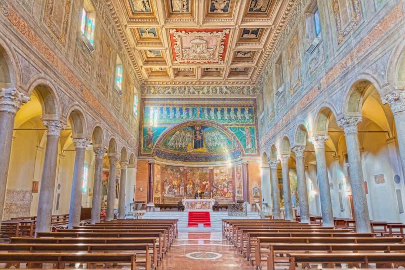 ROME, ITALIE - 10 MARS 2016 : La nef des Di Santa Maria de basilique d'église en Dominique avec la mosaïque de Madonna parmi les  photo stock