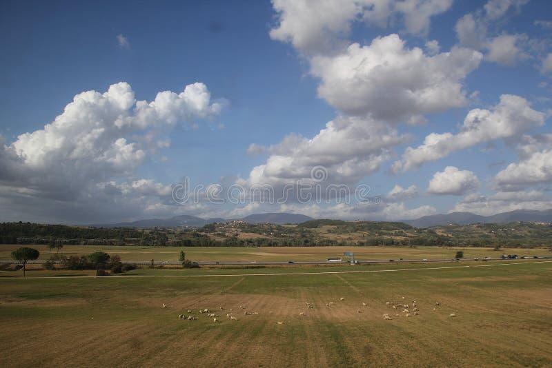 Rome, Italie - 2 septembre 2017 : Beau pré d'herbe sur le ciel bleu et le nuage image libre de droits
