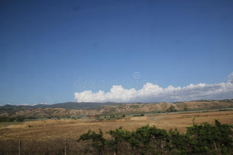 Rome, Italie - 2 septembre 2017 : Beau pré d'herbe sur le ciel bleu et le nuage photographie stock libre de droits