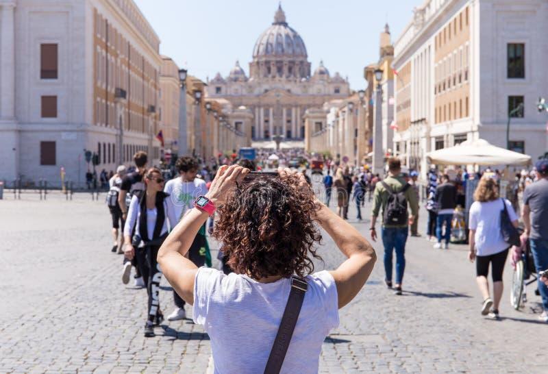 ROME ITALIEN - APRIL 27, 2019: Fotografier för ung kvinna Stets Peter basilika, Rome, Italien royaltyfri bild