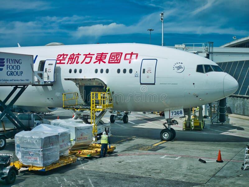 Rome Italien: April 2018 ladda asiatic flygplan på jordningen på flygplatsen arkivfoton