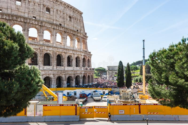 ROME Italien April 24, 2019: Roman Colosseum med konstruktionsplatsen av Rome den underjordiska linjen C Cantiere tunnelbana Line royaltyfria foton