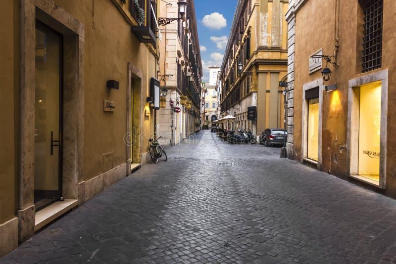 Rome/Italien - Augusti 26, 2018: Den italienska gatan via Borgogna, tömmer i morgonen royaltyfria foton