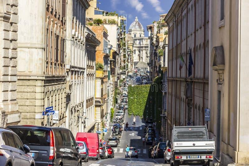 Rome/Italien - Augusti 26, 2018: Upptagen italiensk gata med kullar och sikt på basilika royaltyfria foton