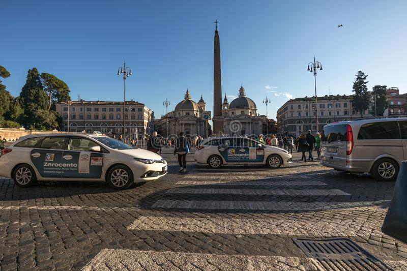 11/09/2018 - Rome Italien: Bilar för söndag eftermiddagtaxi som passerar thr royaltyfria bilder