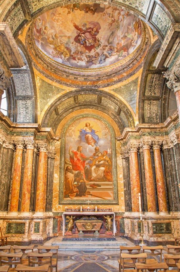 ROME ITALIEN, 2016: Cybo kapell i kyrkliga basilikadi Santa Maria del Popolo - altarpace den obefläckade befruktningen och helgon royaltyfri foto