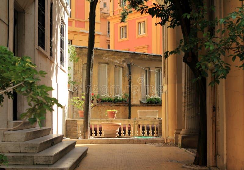Rome Italien, hemtrevlig domstol i Rome för solnedgång royaltyfri bild