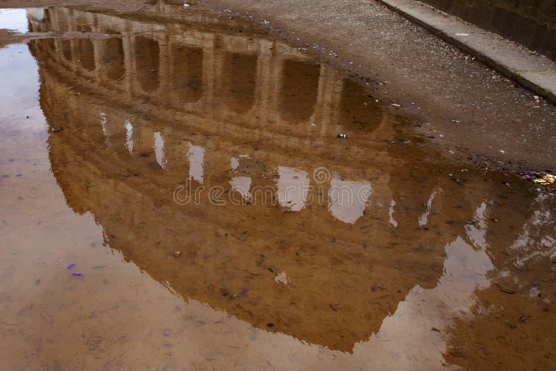 Rome Italien, Januari 25th, 2019 - reflexion av Colosseumen inom en vattenpöl, inga personer arkivfoton