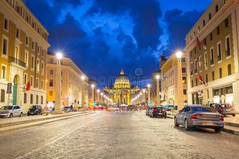 Rome Italien - Januari 9, 2019: Väg till Stets Peter fyrkant och basilika i Vatican City på skymning royaltyfri bild
