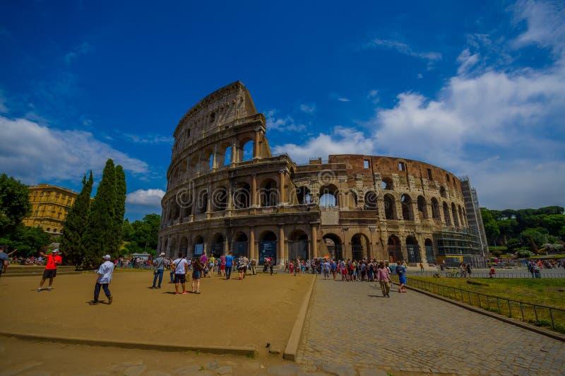 ROME ITALIEN - JUNI 13, 2015: Romersk coliseumsikt utifrån, turists som går och besöker denna iconic struktur arkivfoton
