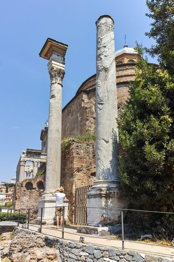 ROME ITALIEN - JUNI 24, 2017: Tempel av Romulus i Roman Forum i stad av Rome arkivfoto
