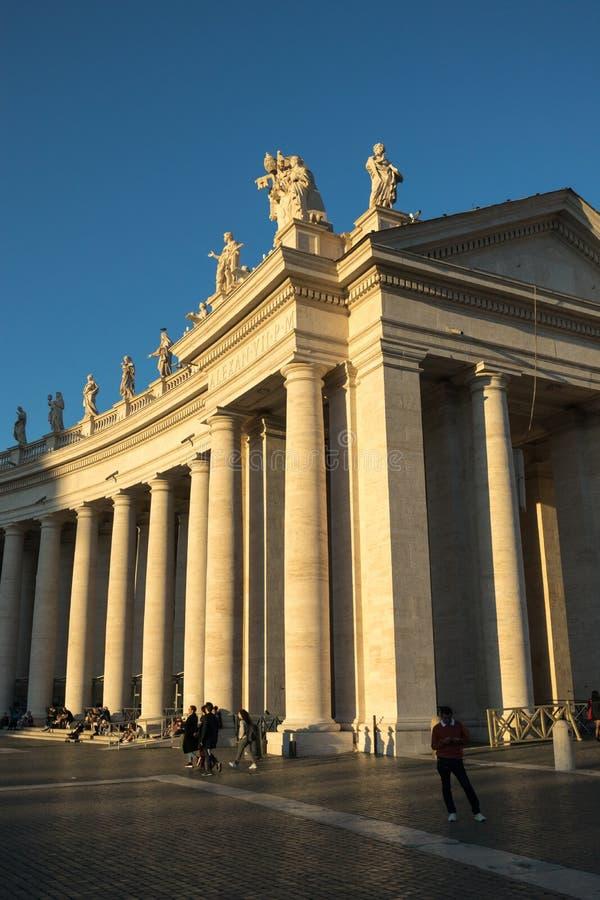 11/09/2018 - Rome Italien: Kolonner av den St Peters fyrkanten med touri royaltyfria bilder
