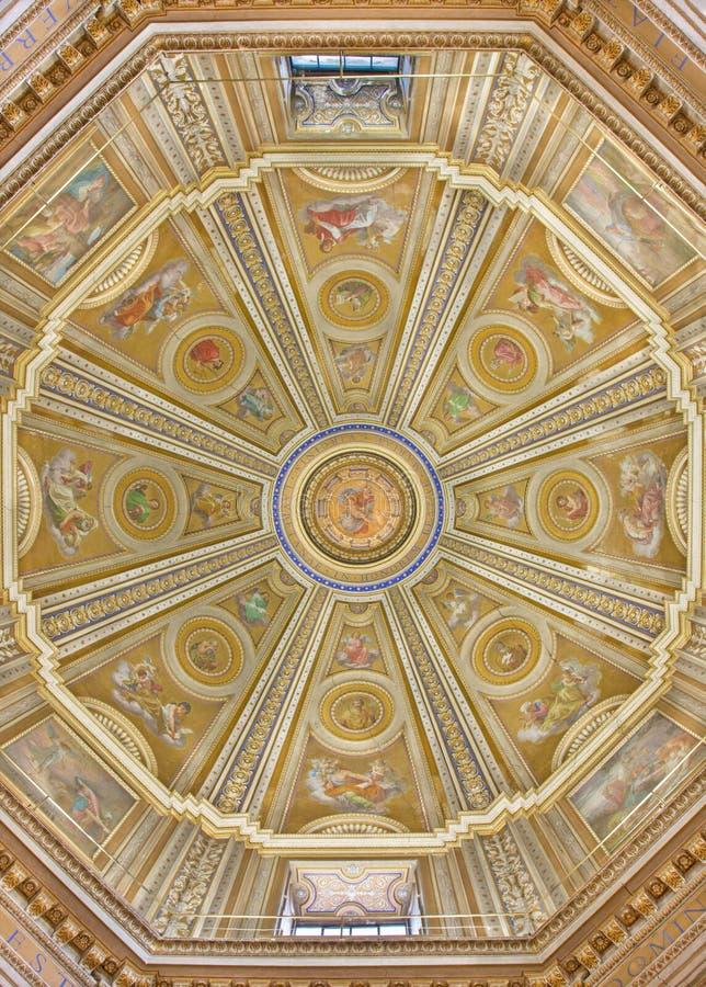 ROME ITALIEN, 2016: Kupolen i kyrkliga Chiesa di Santa Maria di Loreto vid Cesare Mariani & x28; 1826 - 1901& x29; fotografering för bildbyråer