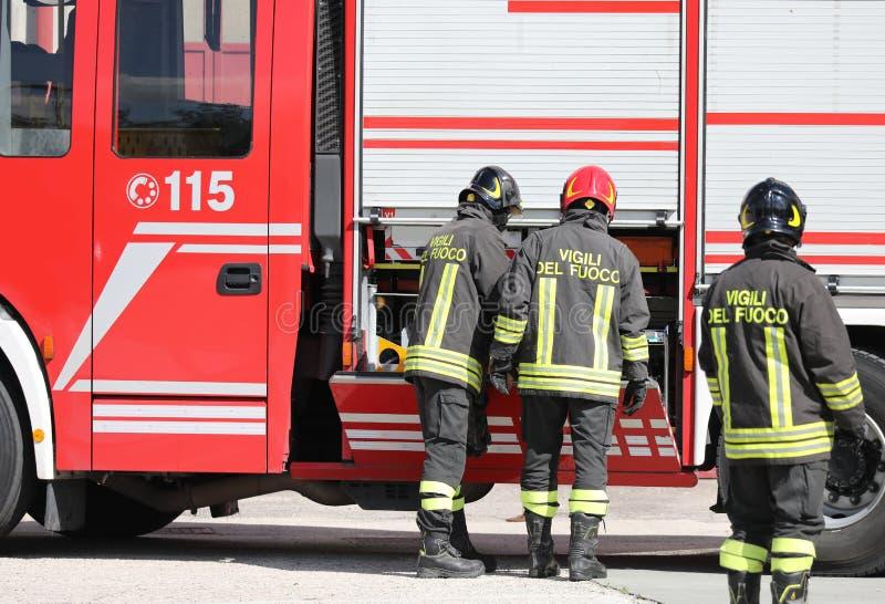 Rome Italien - Maj 16, 2019: Italienska brandmän i handling med arkivfoto
