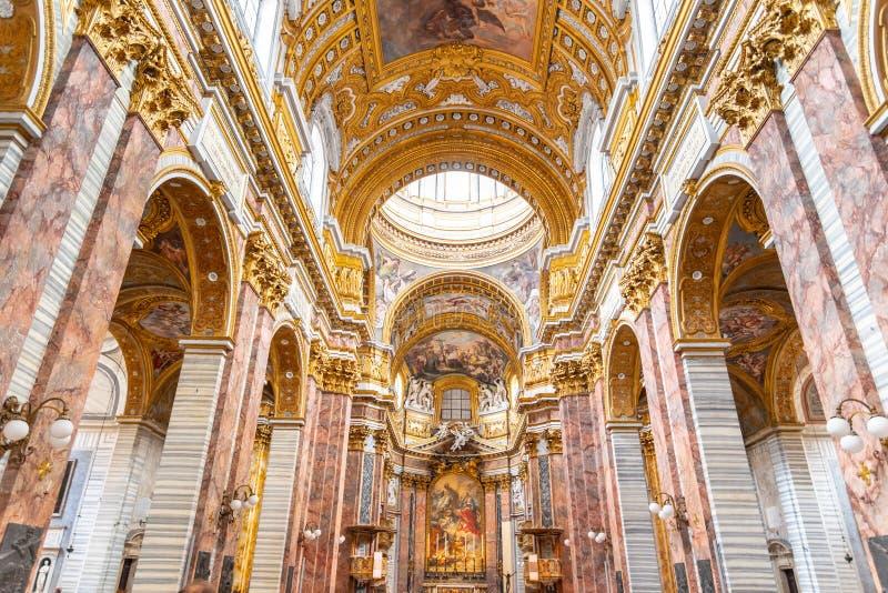 ROME ITALIEN - MAJ 05, 2019: Pittoreskt tak av den San Carlo al Corso basilikan i Rome, Italien royaltyfri fotografi