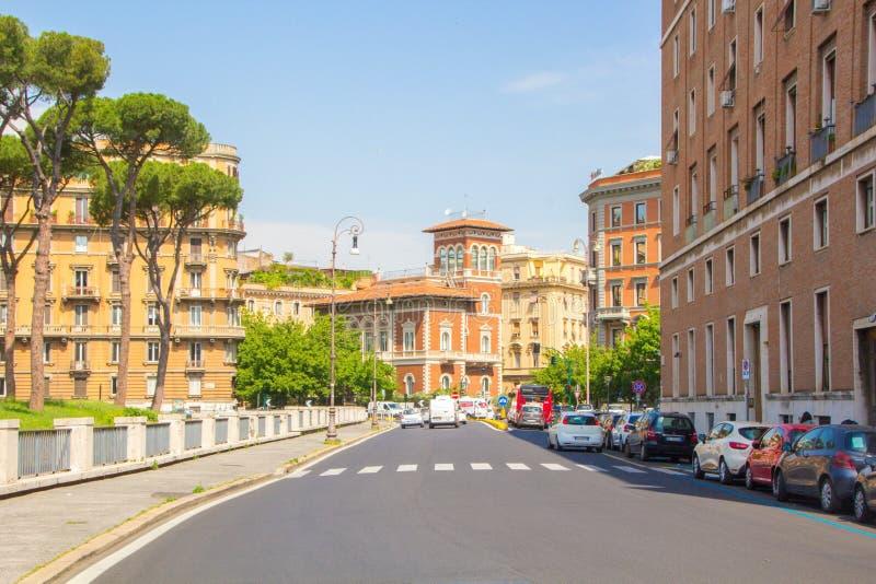 Rome Italien - Maj 30, 2018: Sikt på den klassiska romerska gatapiazza Adriana i Rome, nära Castel Sant Angelo Enkla romerska gat arkivfoto