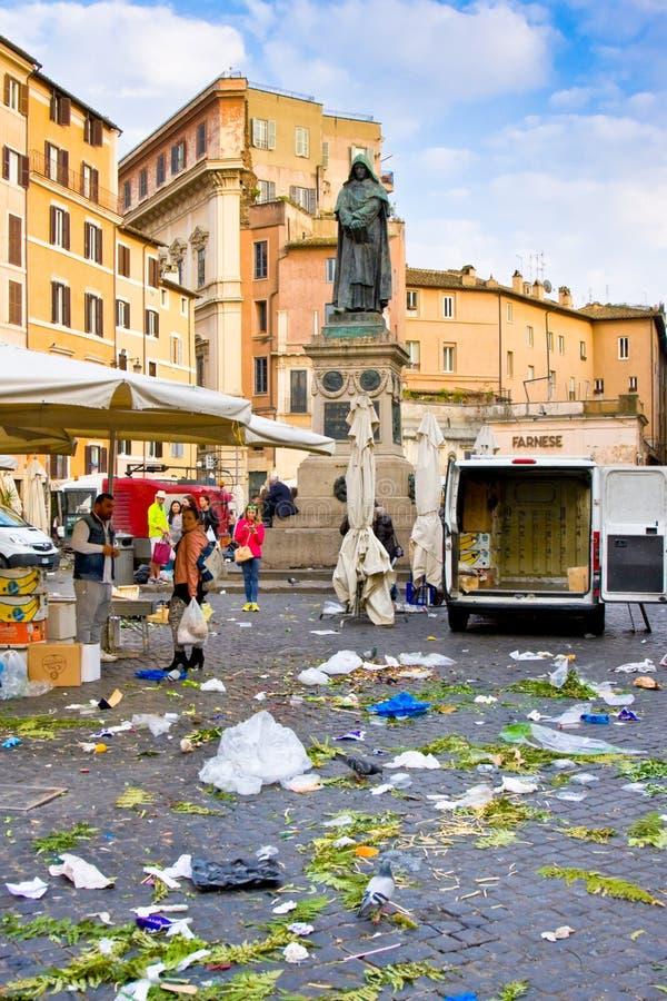 ROME ITALIEN - MARS 21, 2015: Piazza Campo de Fiori och Giordano Bruno staty i mars 21, 2015 i Rome Italien Avfallet gjorde afte fotografering för bildbyråer